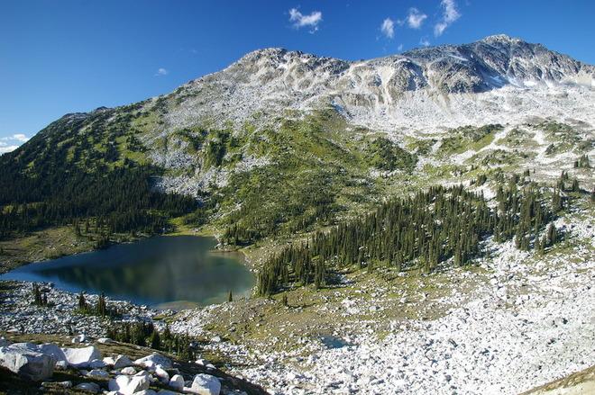 Озеро на Saxifrage Peak, Канада.