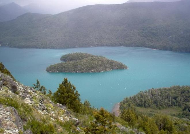 Острів на озері Гутьєррес, Патагонія, Аргентина.