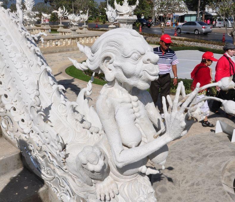Храм Ват Ронг Кхун, або Білий Храм - химерна суміш традиційної тайської архітектури і ірреальних елементів. Фото (12)