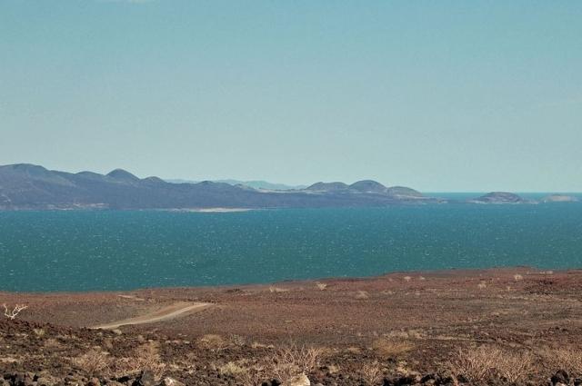Озеро Рудольф. Найбільше у світі озеро посеред пустелі. (13)