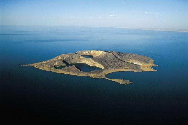 Озеро Рудольф. Найбільше у світі озеро посеред пустелі. (2)