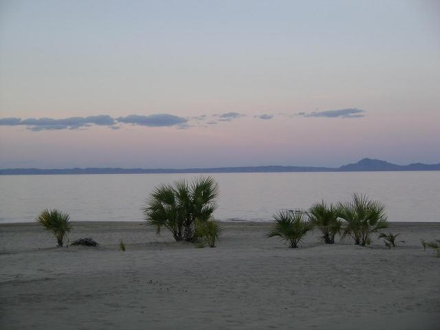 Озеро Рудольф. Найбільше у світі озеро посеред пустелі. (9)