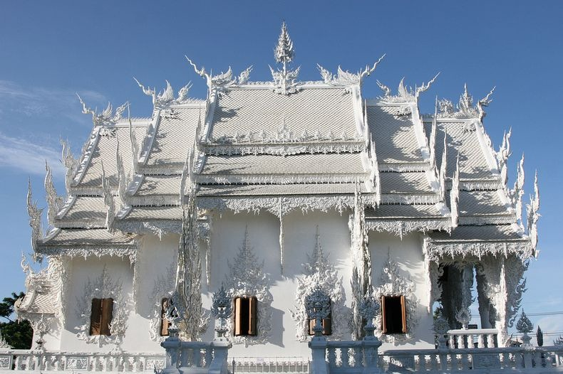 Храм Ват Ронг Кхун, або Білий Храм - химерна суміш традиційної тайської архітектури і ірреальних елементів. Фото (2)