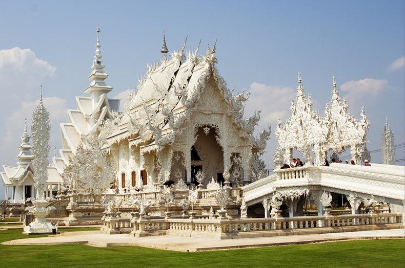 Храм Ват Ронг Кхун, або Білий Храм - химерна суміш традиційної тайської архітектури і ірреальних елементів. Фото (3)
