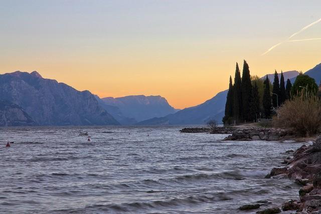 Найбільше озеро в Італії та одна із наймальовничіших водойм країни - Озеро Гарда (6)