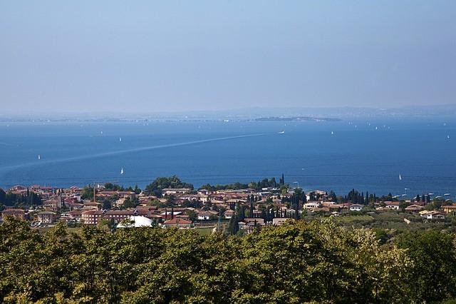 Найбільше озеро в Італії та одна із наймальовничіших водойм країни - Озеро Гарда (7)