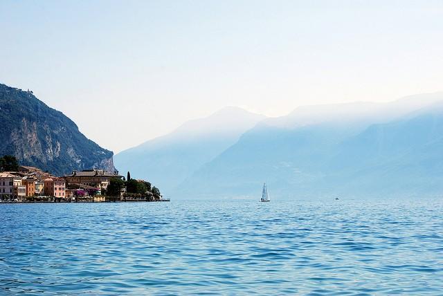 Найбільше озеро в Італії та одна із наймальовничіших водойм країни - Озеро Гарда (8)