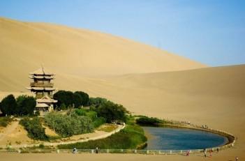 Незвичайний оазис та озеро Юеяцюань у формі півмісяця, Китай (9 фото)
