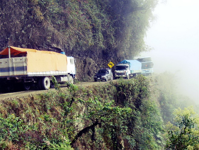 Моторошна та запаморочлива дорога смерті в Болівії (8)