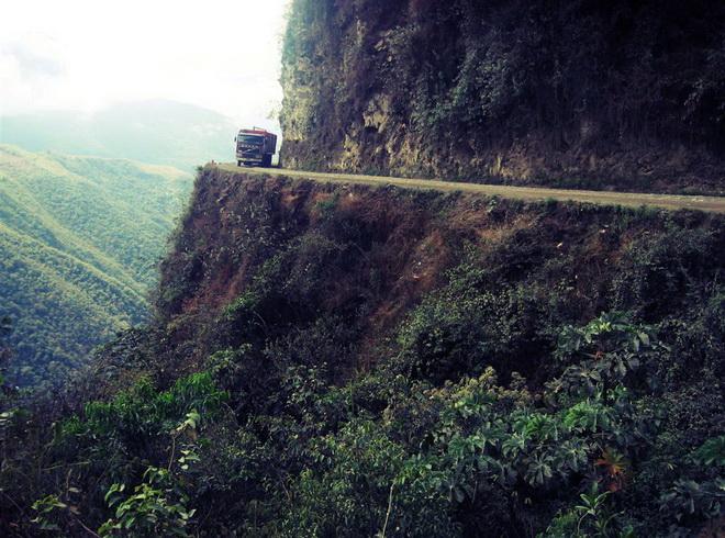 Моторошна та запаморочлива дорога смерті в Болівії (9)