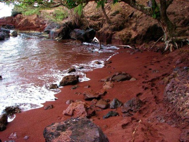Червоний пляж Кайхалулу на острові Мауї