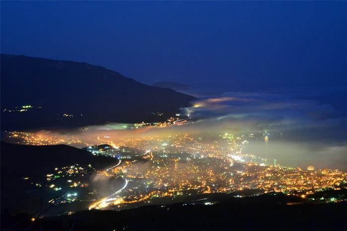 Туман над нічною Ялтою