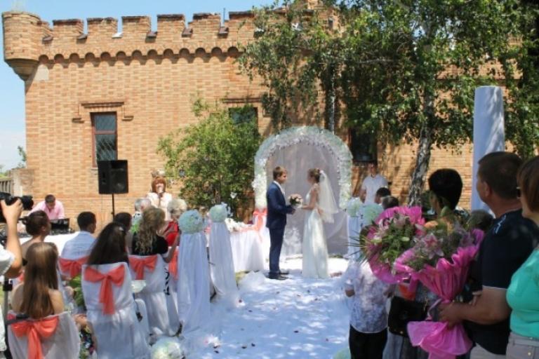 Церемонія вінчання під замковими стінами