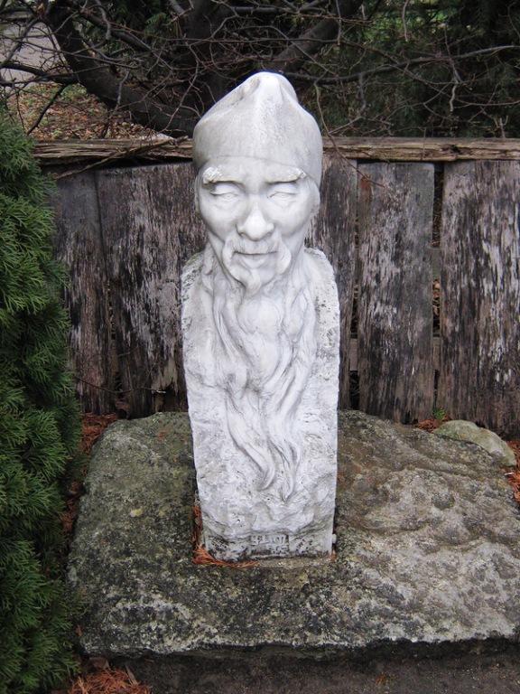 Статуя у парку