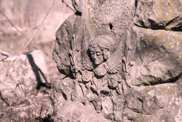 Старовинні надгробки на місцевому кладовищі фото: soncevirr