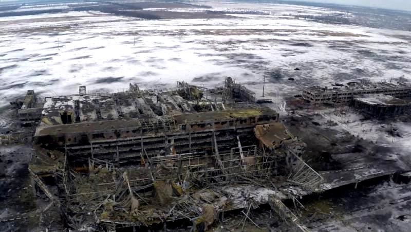Повне зруйнування аеропорту. 21 січня 2015 року українська армія відступила з нового терміналу, але контролює північну частину аеропорту.