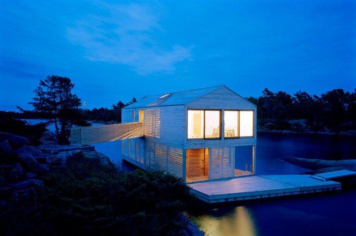 Милий дерев'яний будиночок на воді