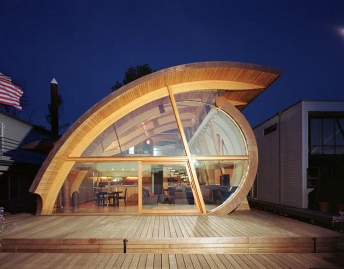Унікальна форма будинку дозволяє йому гармонійно вписуватися в навколишню природу