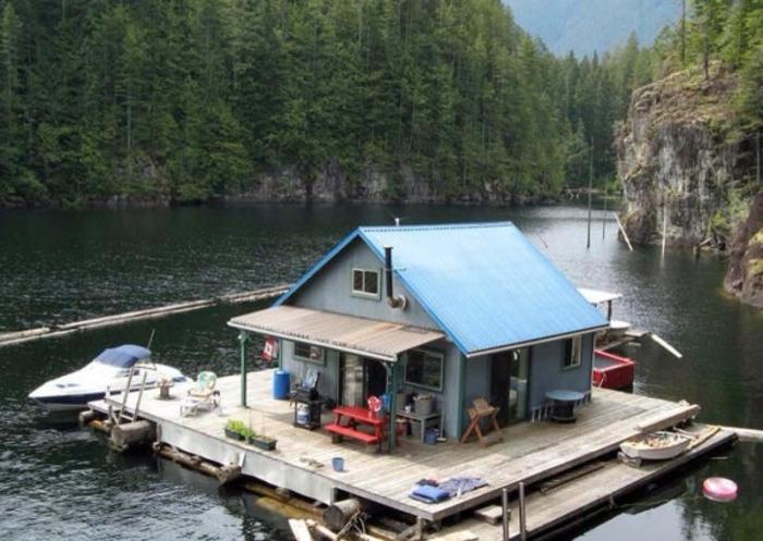 Маленький будиночок на воді, в якому є все необхідне для життя і відпочинку