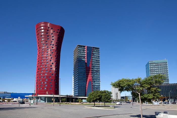Готель Porta Fira в Барселоні (ліворуч)