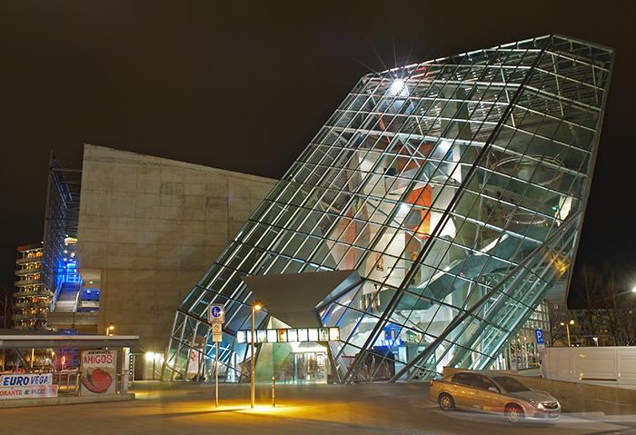 Кінотеатр UFA-Palast вночі
