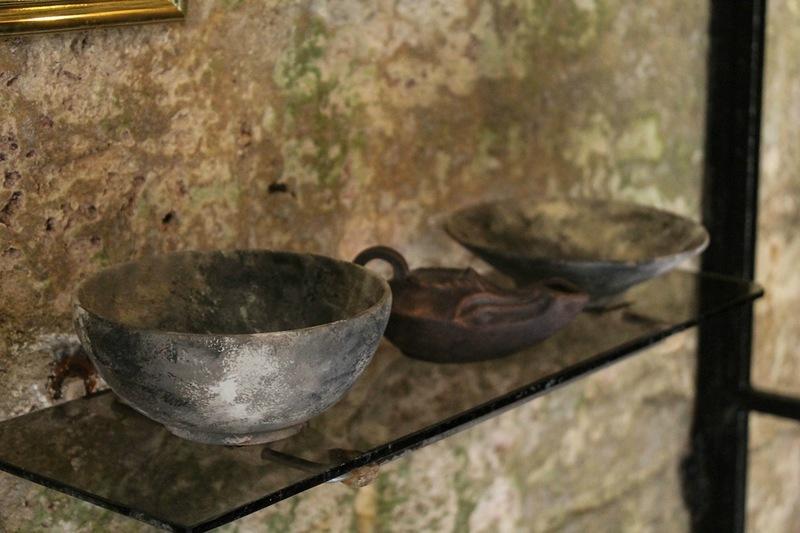 Старовинний посуд у відтвореному склепі фото: ankerch-crimea.ru