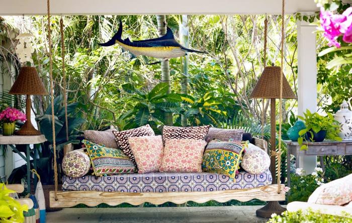 Чудова кушетка з різнокольоровими подушками