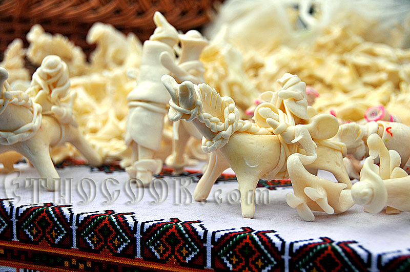 Сирні коники і фігурки з сиру на вишиванці. Гуцульська кухня.