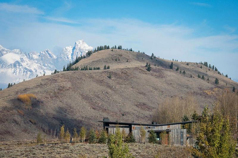 Крутий будинок у горах з каміном на свіжому повітрі в стилі еко (1)