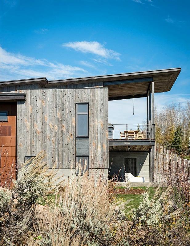 Крутий будинок у горах з каміном на свіжому повітрі в стилі еко (6)