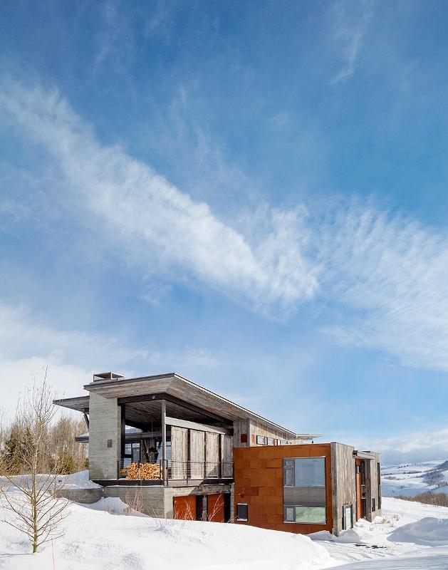 Крутий будинок у горах з каміном на свіжому повітрі в стилі еко (7)