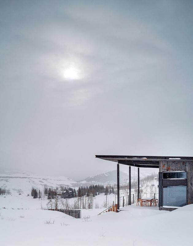 Крутий будинок у горах з каміном на свіжому повітрі в стилі еко (24)