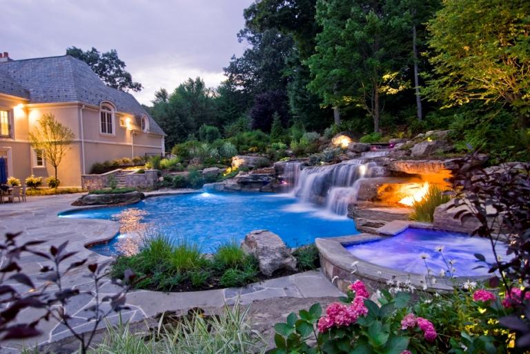 Незвичайний басейн, в якому можна поплавати всією компанією