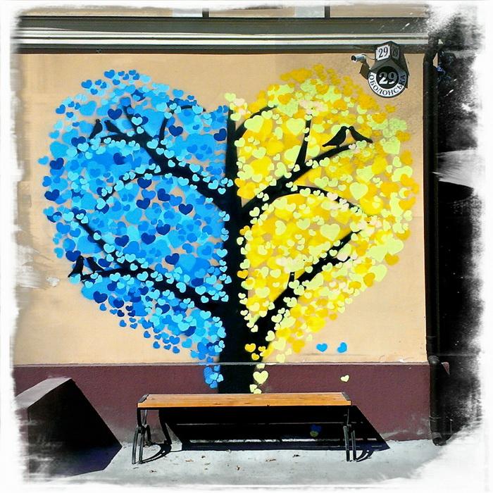 Кращі зразки стріт-арту в Києві: патріотичне дерево-серце на Подолі