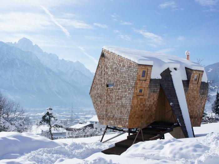 Невеликий будиночок у маленькому засніженому містечку Австрії