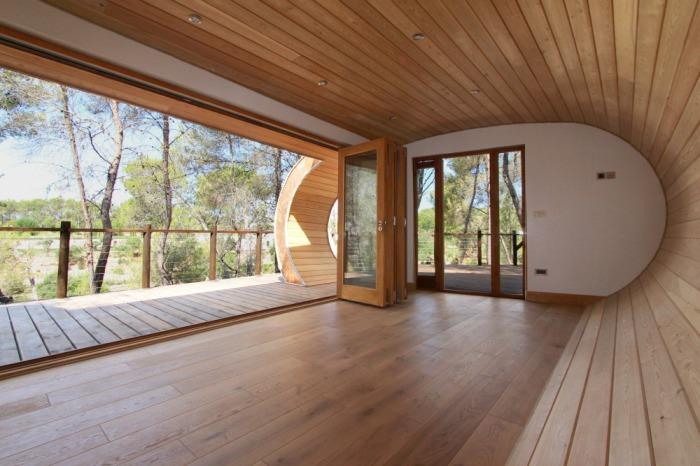 Дерев'яний будиночок у формі труби