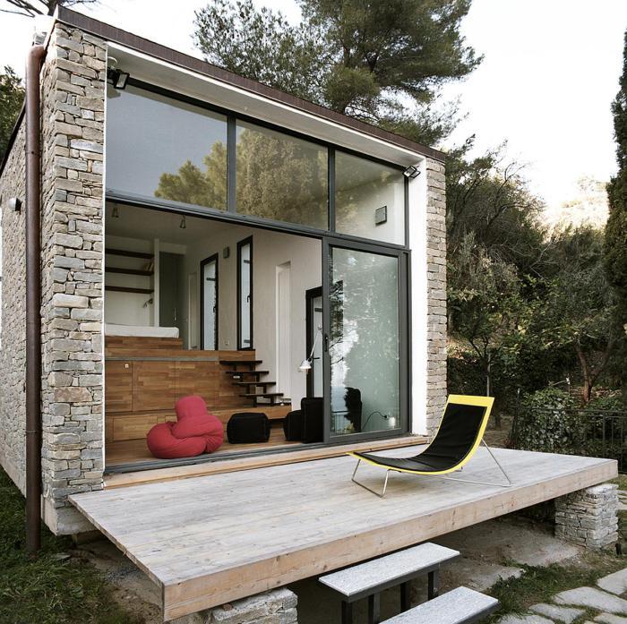 Квадратний цегляний будиночок в Північній Італії