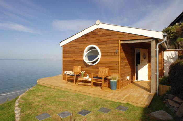 Невеликий будиночок біля моря