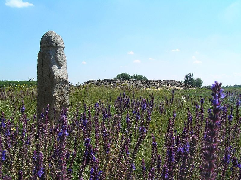 Статуя на території комплексу  фото: Denis Vitchenko
