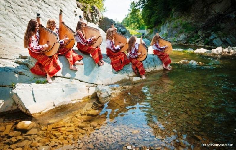 Ансамбль бандуристок біля водоспаду Гук (фото: Трач Руслан)