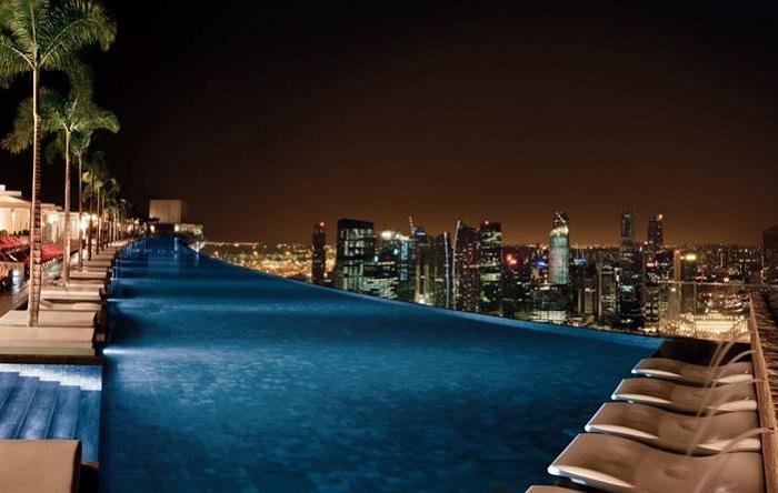 Басейн на даху готелю Marina Sands Bay Resort