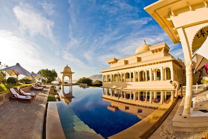 Басейн біля готелю Oberoi Udaivilasl, розташованого на березі озера Пічола