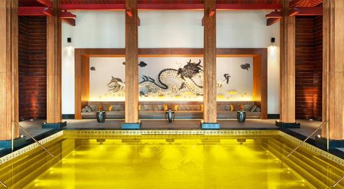 Басейн на території китайського готелю St. Regis Resort