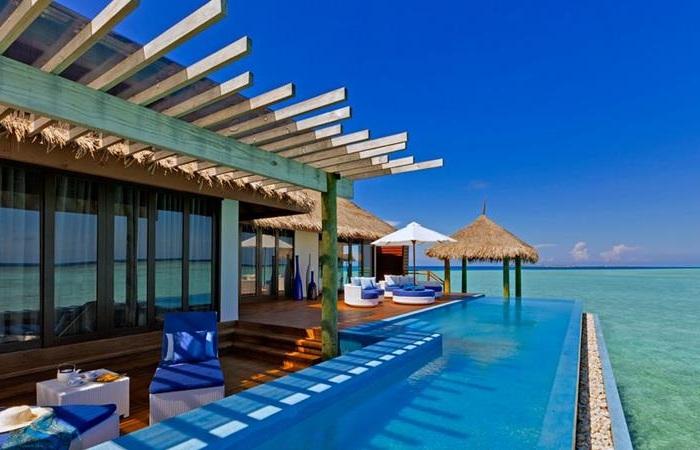 Басейн в екзотичному готелі Valassaru Maldives