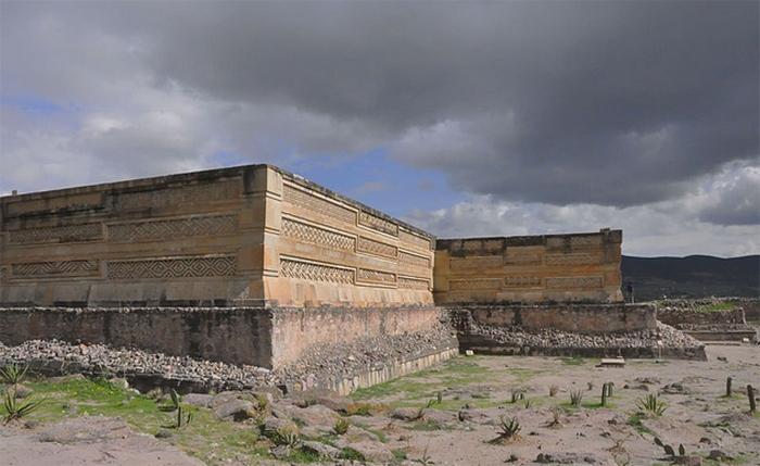 Похоронна урна у формі божества, схожого на кажана. Оахака. 300-650 н.е.