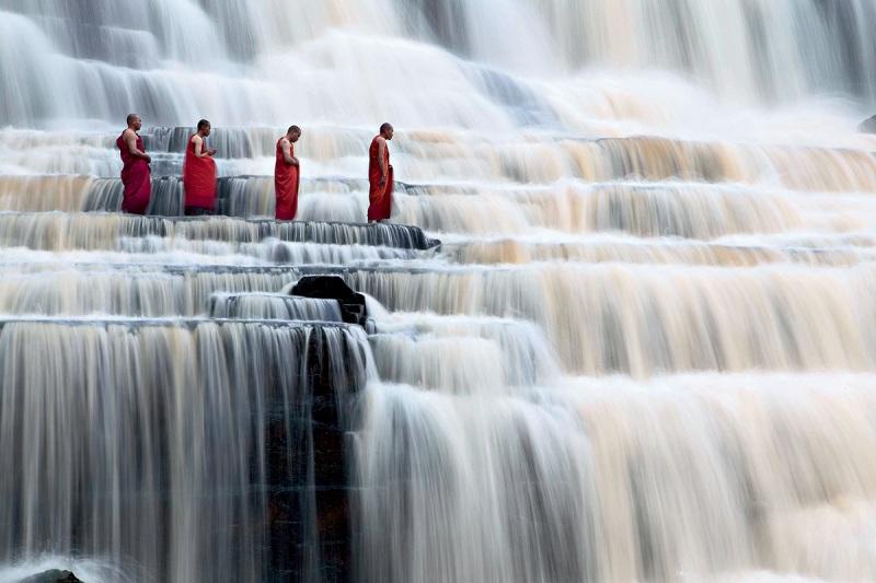 Монахи на водоспаді. фото: Dang Ngo