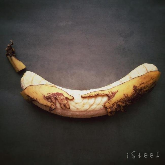 """Фрагмент з фрески Мікеланджело """"Створення Адама"""", але тільки виконаний на банані"""