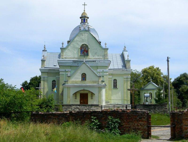 Відновлений костел Успіння Богородиці біля Свірзького замку  фото: Софія Легін