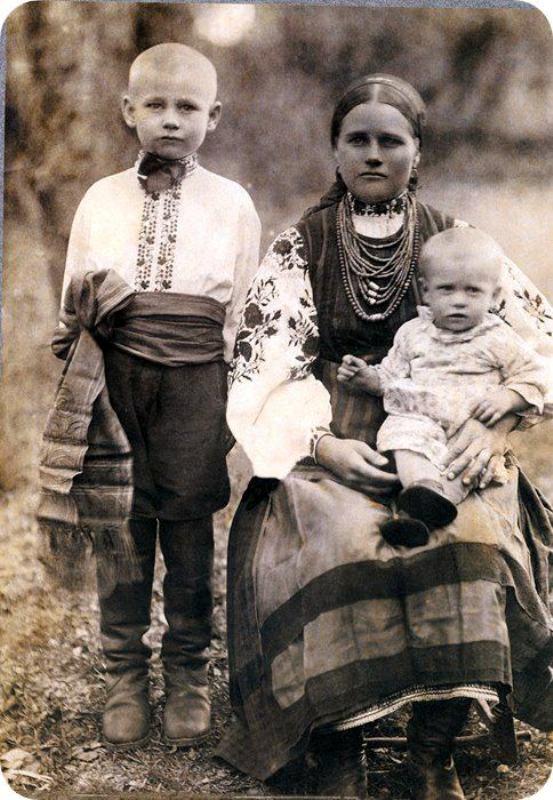 Молода мати з дітьми,1914 рік.Село Копачів на Київщині.