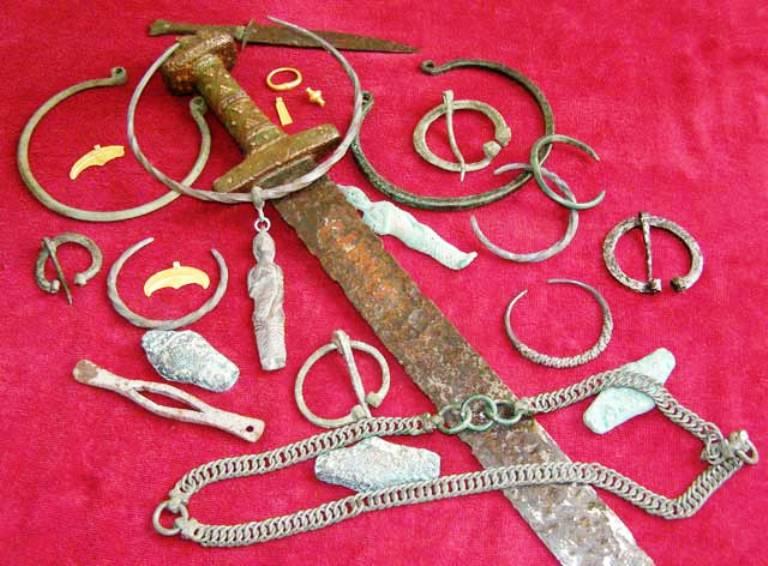 """""""Меч Святослава"""" знайшли у водах Дніпра. Серед металів, з яких він виготовлений - золото, срібло і мідь"""